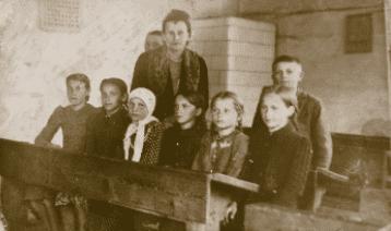Uczniowie szkoły w Bieszkowie w 1941r. Źródło: Powiat szydłowiecki na starych kliszach, Szydłowiec 2013, s. 109, 110.
